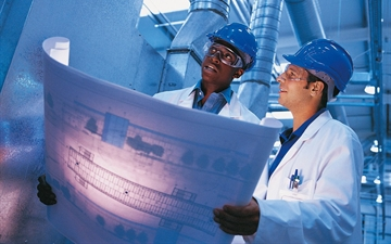 Linde PLANTSERV performance and efficiency, feasibility studies Two engineers in a plant